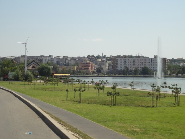 Fountain and wind turbine in Tulcea, ©brianj.lowe/Flickr